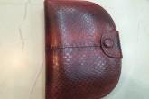 Красный кошелек из змеиной кожи